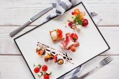 熟食在白色板材舱内甲板位置的开胃菜混合 库存照片