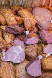 熟食店显示冷盘和蒜味咸腊肠 在商店窗口的熏制的肉在商店 Balyks和各种各样的肉纤巧 图库摄影