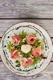 熟食沙拉用burrata乳酪,顶视图 库存照片