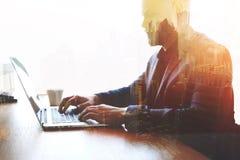 熟练的商人键盘输入电子邮件信件,当曾经网书时 库存照片