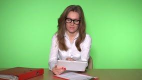 熟练的女性使用片剂计算机的秘书咨询的顾客 股票录像