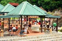 熟读的温泉打开在沙巴,马来西亚的浴盆 免版税库存照片