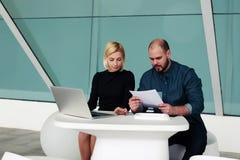熟练的领导队使用便携式计算机和纸张文件的开发的一个新的项目 免版税库存照片
