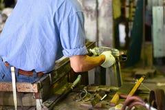 熟练的玻璃工厂劳工 免版税库存照片