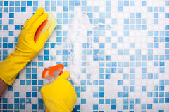 熟练的洗衣机清洗他的房子与海绵 免版税库存照片