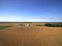 燃尽的玉米田和农场 免版税库存照片