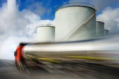 燃料加速的槽车 免版税库存图片