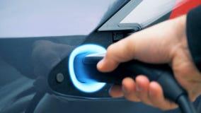 燃料喷嘴得到塞住入电动车的补白插口 影视素材