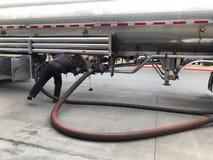 燃料对加油站的交付罐车 库存图片