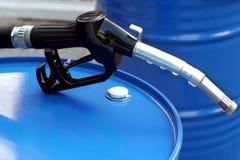 燃料油桶和气泵喷管 库存图片