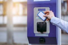 燃料的少妇薪水由卡片 免版税库存图片