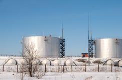 燃料贮存坦克在被保护区在冬天 库存图片