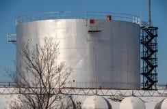 燃料贮存坦克在被保护区在冬天 免版税图库摄影