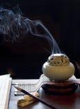 燃烧器香火被点燃的被安置的表 免版税库存照片