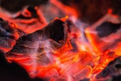 ?? 燃烧的垫铁 在格栅的燃烧的煤炭 免版税库存照片