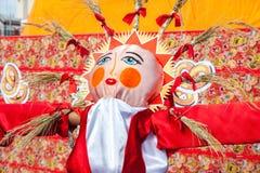 燃烧的大玩偶作为冬天的标志在Maslenit期间的 免版税库存图片