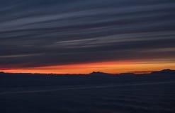 燃烧的日落和另一世界的惊人的云彩 库存图片