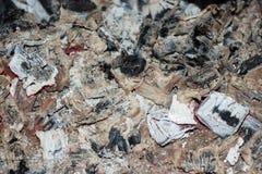 燃烧的煤炭木炭灰背景 免版税图库摄影