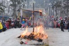 燃烧的被充塞的狂欢节 图库摄影
