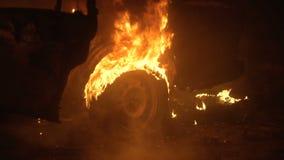 燃烧的车身,灼烧的铁,在火的残破的汽车 股票视频