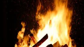 燃烧的野营的火夜 被毁坏的火 影视素材