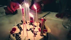 燃烧的闪烁发光物在生日蛋糕和与书面的生日快乐 生日快乐象烟花的闪烁发光物燃烧,愉快 股票录像