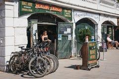 燃烧的马鞍在里士满,伦敦,英国骑自行车在泰晤士河河沿的聘用 图库摄影