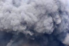 从燃烧的滚滚向前的黑烟midden 免版税图库摄影