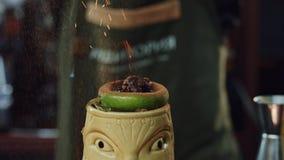燃烧的Tiki鸡尾酒特写镜头 股票录像
