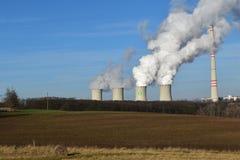 燃煤发电站在农村乡下 库存照片