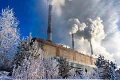 燃煤电厂在冬天散发烟和蒸汽 库存图片