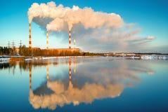 从燃煤电厂ecocatastrophe的烟 免版税库存照片