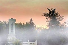 燕京八巨大视域之一,在薄雾包围的树在古老吉州 免版税图库摄影