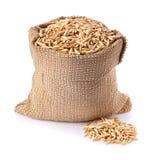 燕麦五谷在粗麻布袋孤立的 库存照片