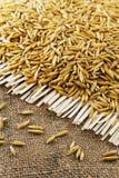 燕麦五谷在黄麻背景的  免版税库存图片