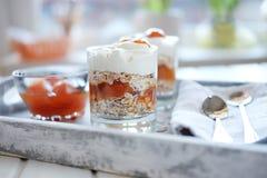 燕麦分层堆积用辣和甜杏子果酱 浓缩健康的食物 库存图片