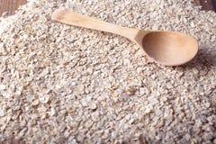 燕麦剥落与木匙子的纹理 免版税库存图片