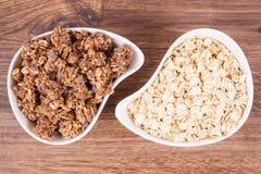 燕麦剥落和格兰诺拉麦片用巧克力当来源铁和纤维,健康快餐概念 库存照片