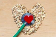 燕麦剥落心形和听诊器 库存照片