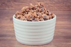 燕麦剥落或格兰诺拉麦片用包含铁和纤维,健康快餐概念的巧克力 库存图片