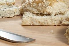 燕麦剥落放置在wodden面包板的小圆面包 库存图片