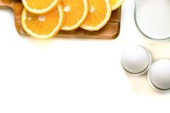 燕麦剥落板材用牛奶,桔子,在一张木白色桌上的鸡蛋 健康燕麦顶视图剥落早餐拷贝空间 蓝色napki 免版税库存图片