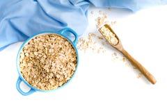 燕麦剥落板材用牛奶,桔子,在一张木白色桌上的鸡蛋 健康燕麦顶视图剥落早餐拷贝空间 蓝色napki 库存图片