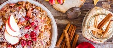燕麦剥落烘烤了用苹果、樱桃和桂香 免版税库存图片