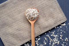 燕麦和匙子在桌上 图库摄影