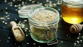 燕麦和蜂蜜在玻璃瓶子 股票录像