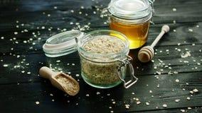 燕麦和蜂蜜在玻璃瓶子 股票视频