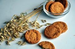 燕麦和饼干的耳朵在花瓶 免版税库存图片