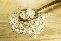 燕麦在一把木匙子剥落 库存图片