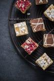 燕麦在冷却的盘子的果仁巧克力叮咬 图库摄影